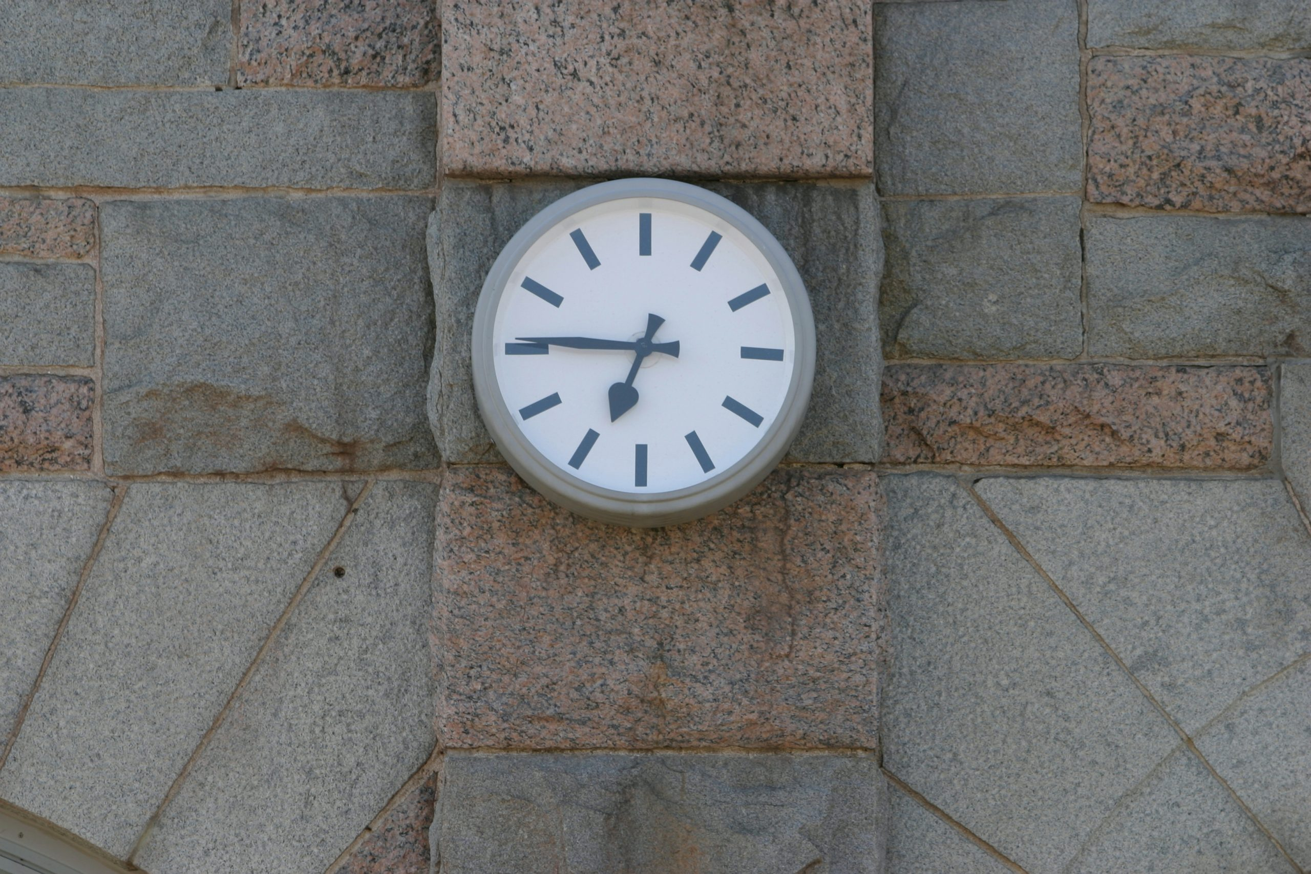 Picture of wall clock. Start on time when packing a household for relocation to Saudi Arabia