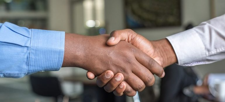 two people shaking hands for starting a business in KSA as a foreigner