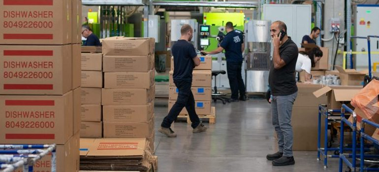 warehouse facility combining benefits of warehouse automation and live workers
